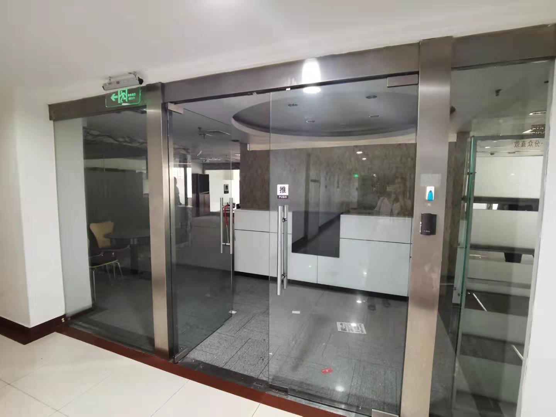 世界广场出租440平办公室精装修带家具