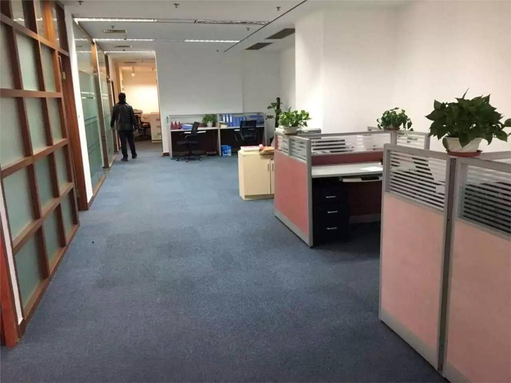 华夏银行大厦出租339平办公室精装修带家具