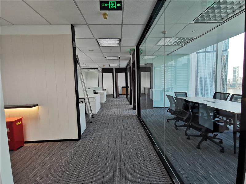 新上海国际大厦出租324平办公室精装修带家具