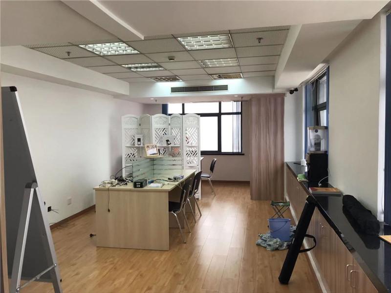 宏南投资大厦出租56平办公室精装修带家具