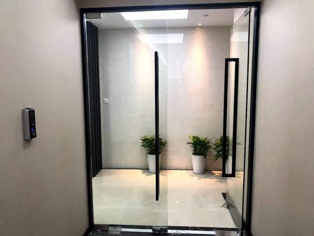 云顶国际商业广场出租121平办公室精装修带家具