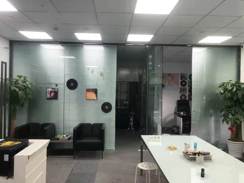 漕河泾新业大楼147平转租现房跟业主直签带装修家具